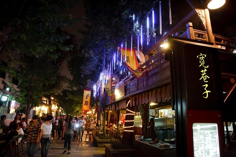 在入夜後的寬窄巷子,隨著華燈及音符,感受這座城市的溫柔。