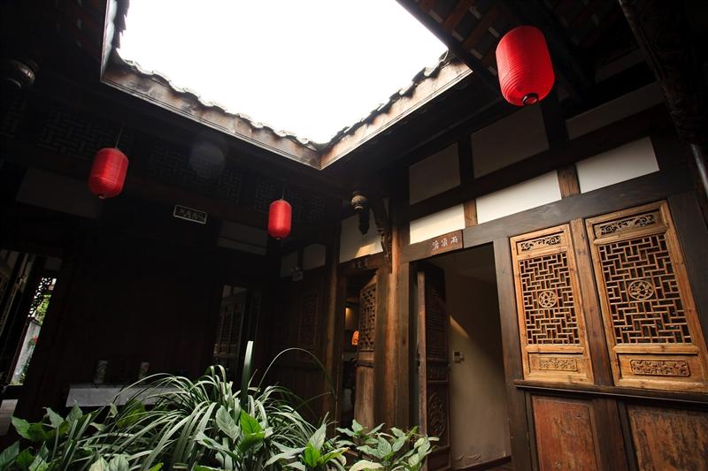 走進寬巷子的院落式精品茶館,品味老成都的悠閒恬靜。