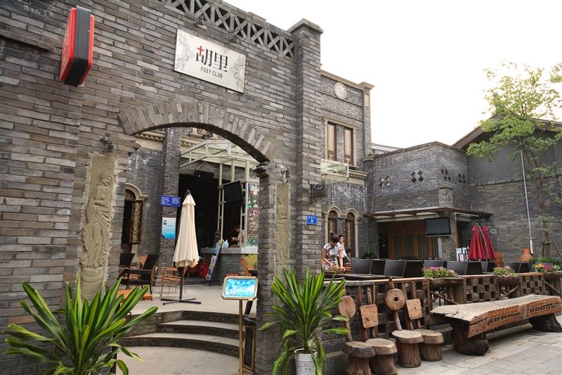 窄巷子裡有許多有著古老外表,內心卻時尚熱情的音樂酒吧。