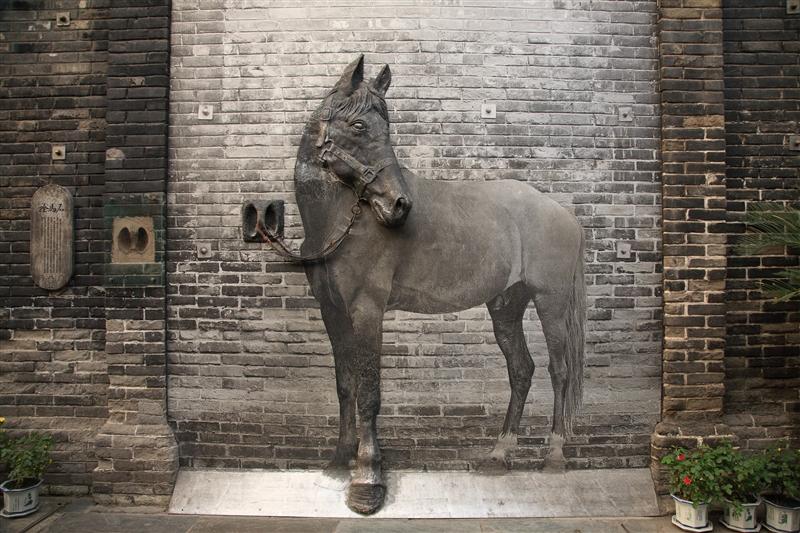 窄巷子30號老牆上的拴馬石,不難想像當時主人的顯赫地位。