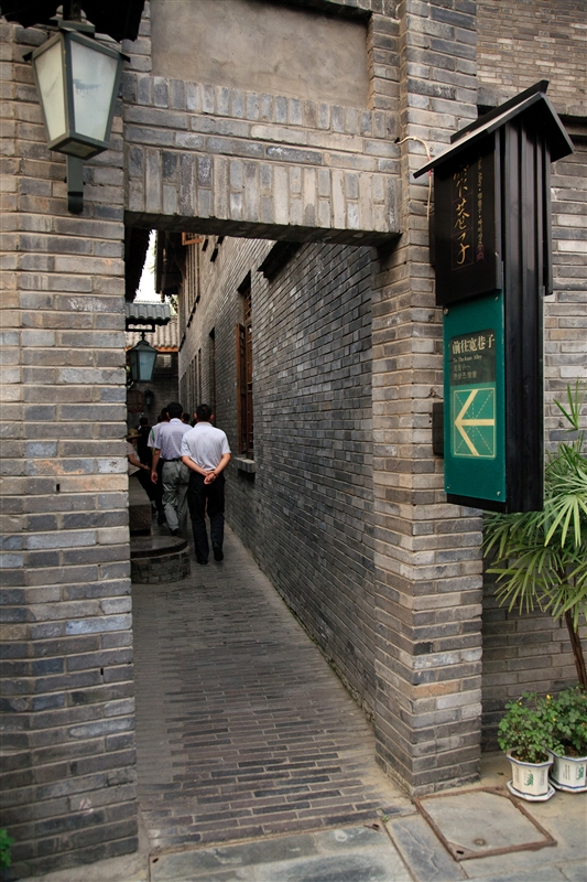 走過青磚牆小路,就可自由穿梭於寬窄井三巷之間。